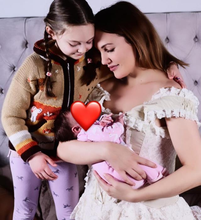 20 gün önce doğum yapan Meryem Uzerli kızlarıyla fotoğraf paylaştı