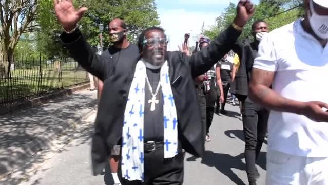 ABD'de polis tarafından öldürülen siyahi Brown için destek gösterisi