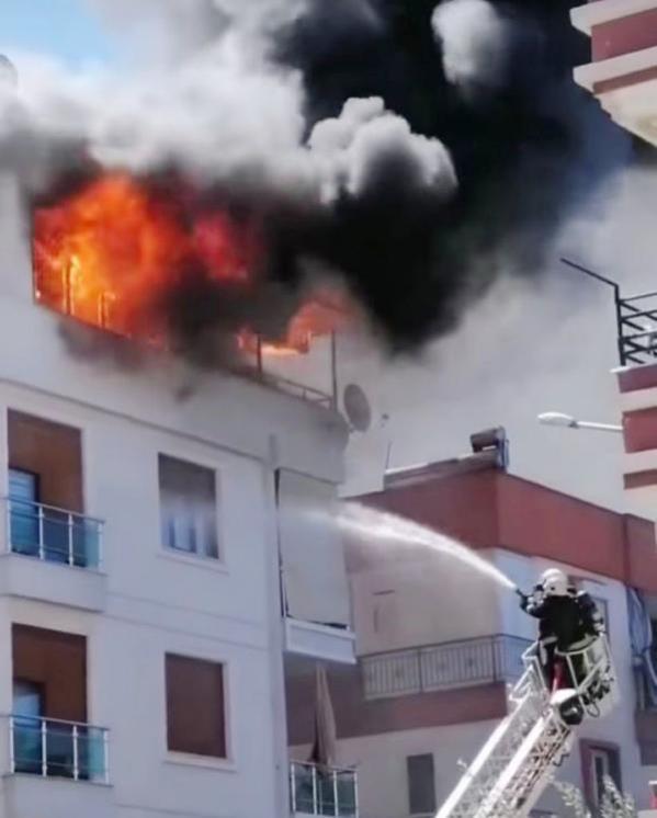 Antalya'da 2 daire alev alev yandı