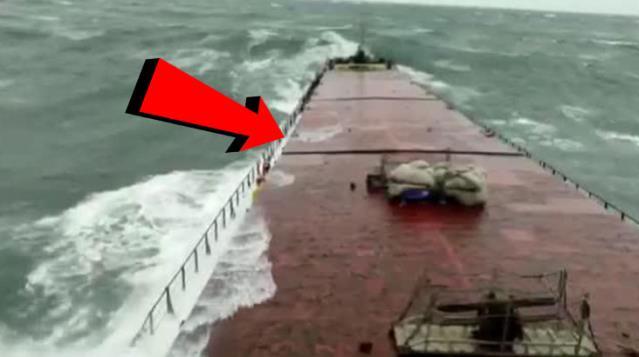 Bartın'da batan geminin dalgalarda kırılma görüntüleri ortaya çıktı