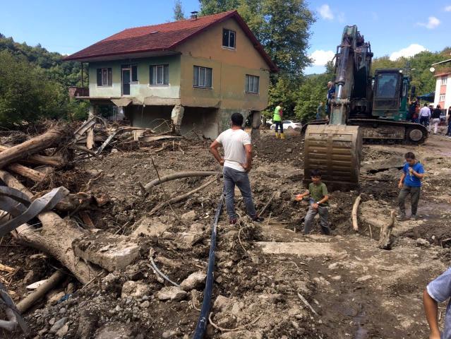 Bartın'da selden hasar gören 4 yapının yıkımına başlandı