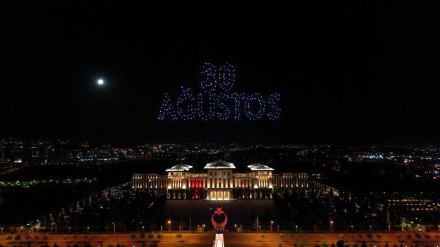 Beştepe'de 30 Ağustos Zafer Bayramı için 300 İHA ile ışık gösterisi yapıldı