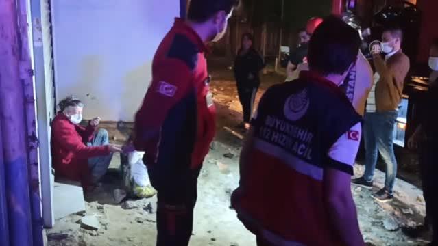 Beyoğlu'nda kanalizasyon çukuruna düşen kadın kurtarıldı