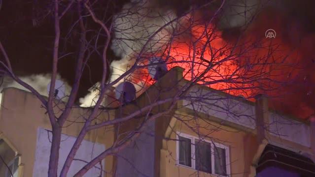Bir apartmanın üst katında çıkıp çatıya sıçrayan yangın söndürüldü