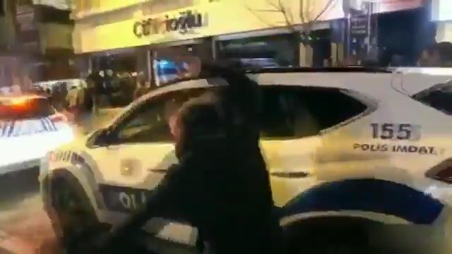 Kadıköy'de göstericiler polis aracına saldırdı