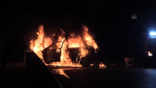 Sürücüsünün dur ihtarına uymadığı otomobil polis araçlarına çarpıp alev aldı