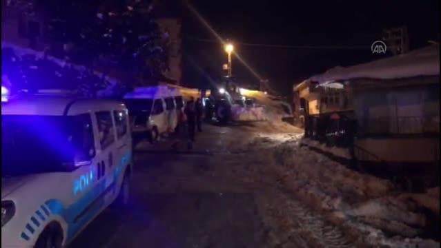 Buzlanan yolda tuzlama çalışması yapan belediye işçileri darbedildi