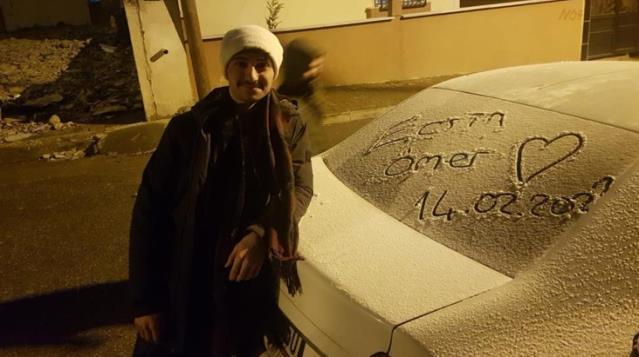 14 Şubat Sevgililer Günü'nü kar yağışıyla kutladılar