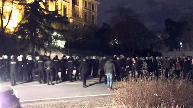 Boğaziçi Üniversitesi'ne polis girdi, rektörlüğü ablukaya alan eylemciler gözaltında
