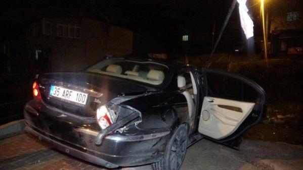 'Dur' ihtarına uymayan otomobile köprünün demirleri saplandı; 3 gözaltı
