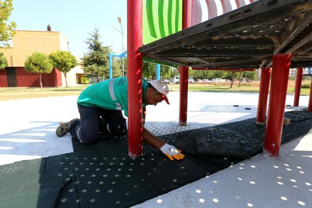 Efeler'deki parklarda bakım çalışmaları devam ediyor