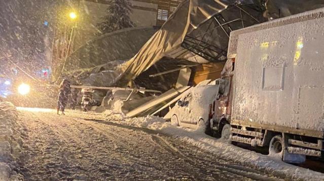 Eyüpsultan'da kar nedeniyle lisenin spor salonunun çadır çatısı çöktü