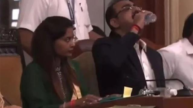 Hintli yetkili, su sandığı dezenfektanı kafasına dikti