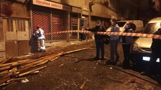 İstanbul'u fırtına vurdu! Birçok bölgede evlerin çatıları uçtu