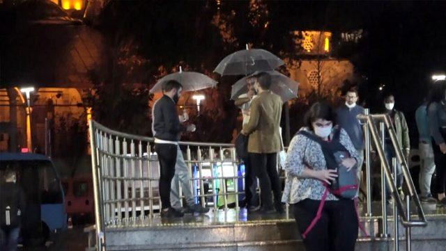 İstanbul'u sağanak yağış vurdu! Yollar göle döndü, araçlar yolda kaldı