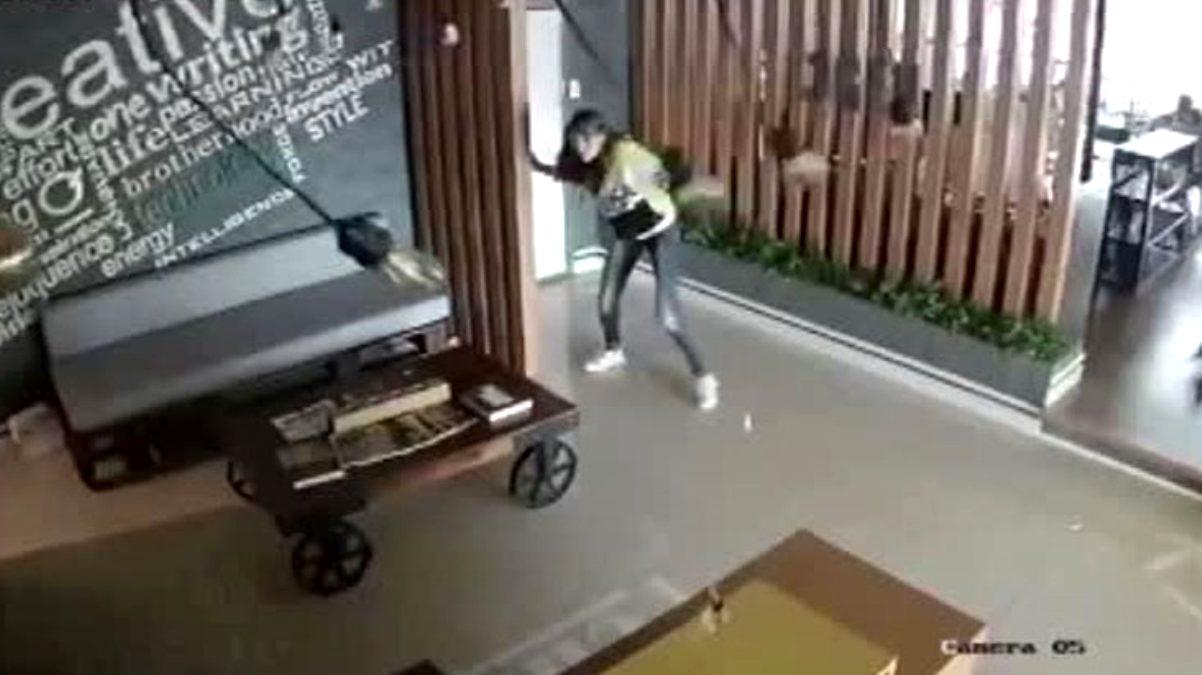 İzmir'deki depremin şiddeti işyerinin güvenlik kamerasına yansıdı