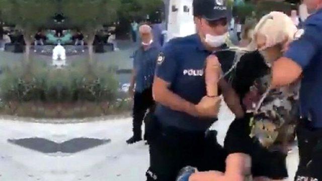 Kadıköy'deki gözaltı olayı sonrası açığa alınan iki polis görevlerine iade edildi