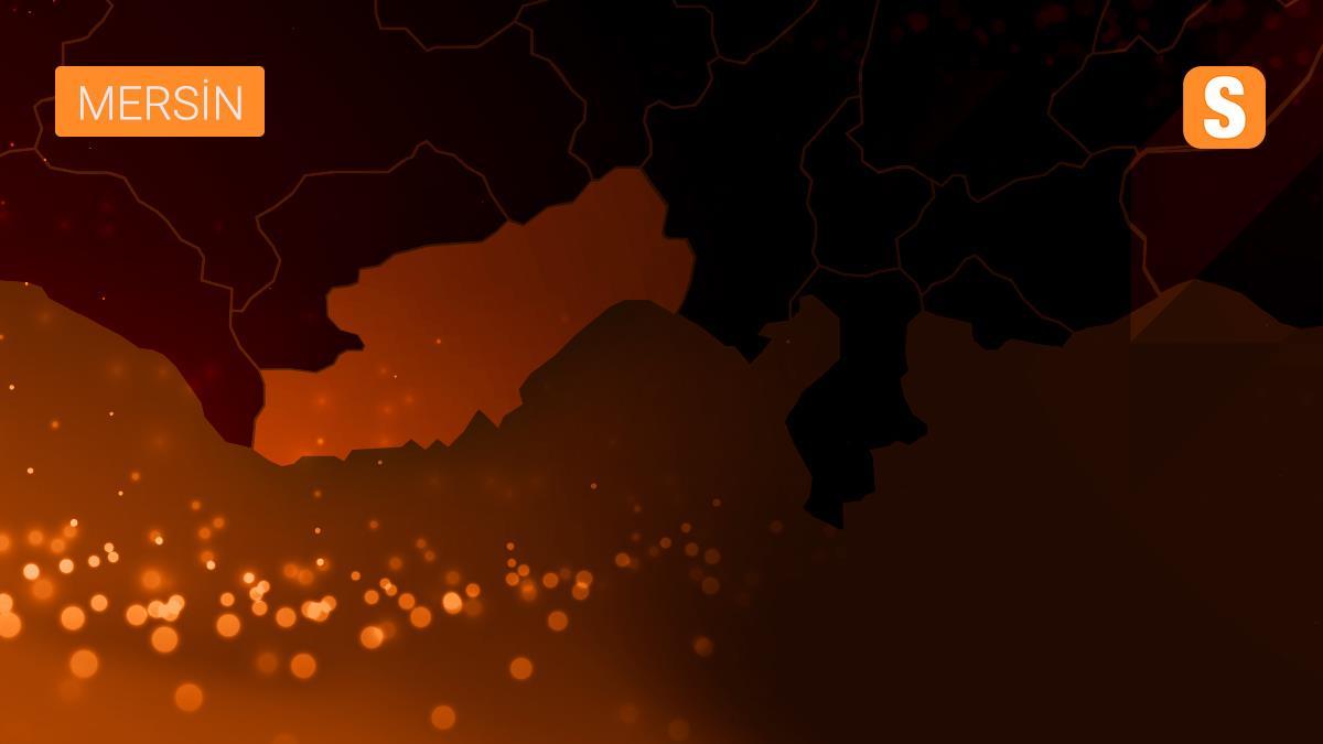 Mersin'de şeftali yüklü kamyon devrildi: 3 yaralı