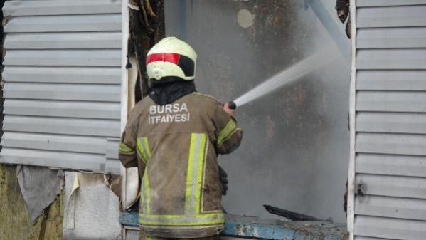 Metruk binada çıkan yangın yanındaki binaya da sıçradı