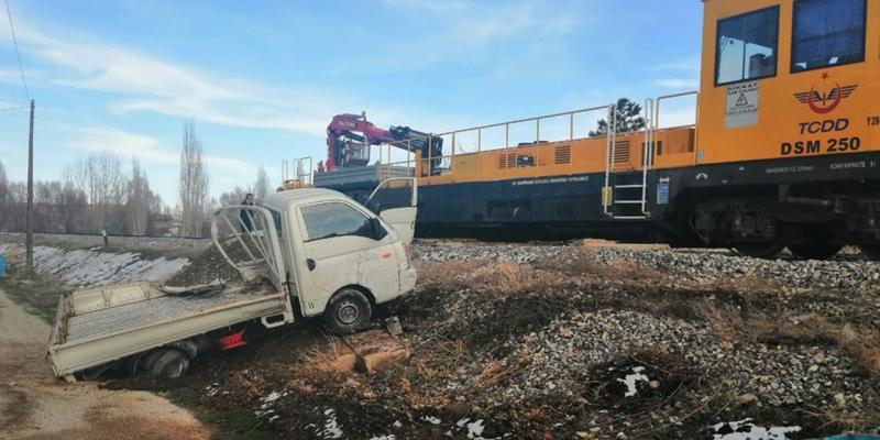 Ölümden döndü! Konya'da katener bakım otosu ile kamyonet hemzemin geçitte çarpıştı