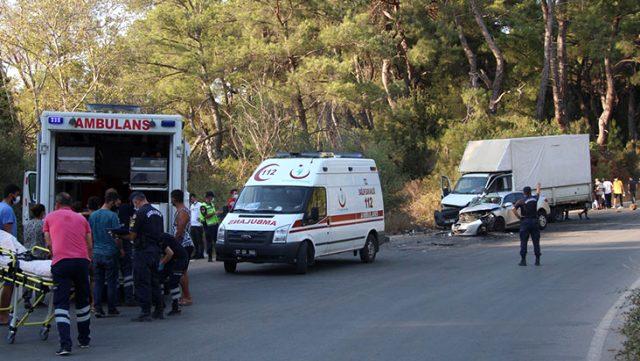 Otomobil ile işçileri taşıyan kamyonet çarpıştı: 19 kişi yaralandı