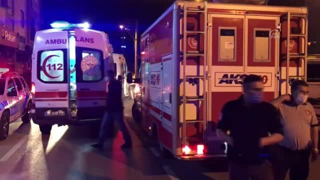 Pikabın park halindeki iş makinasına çarpması sonucu 4 kişi yaralandı