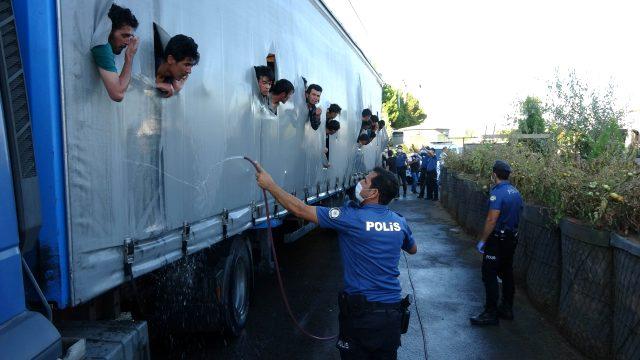 Samsun'da bir tırın dorsesinde 115 düzensiz göçmen yakalandı