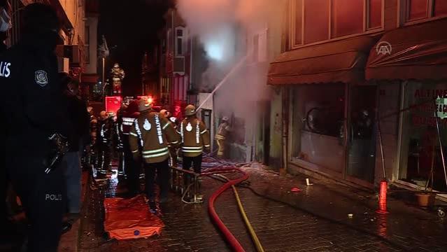 Son dakika haberleri | Fatih'te iki katlı ahşap binada çıkan yangın söndürüldü