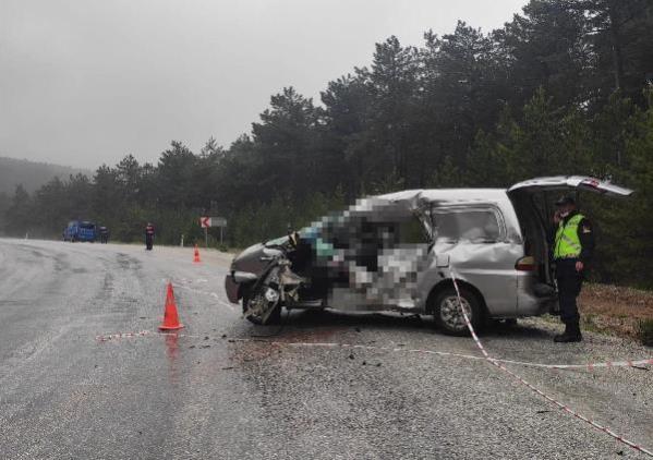 Son dakika... TIR'ın çarptığı minibüsün sürücüsü öldü, eşi yaralandı