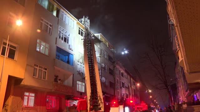 Sultangazi'de bir binanın çatı katında çıkan yangın söndürüldü