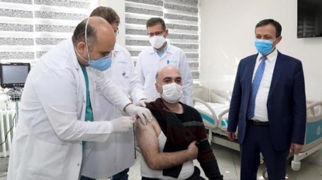Yerli koronavirüs aşısının ilk dozu gönüllü bir vatandaşa uygulandı