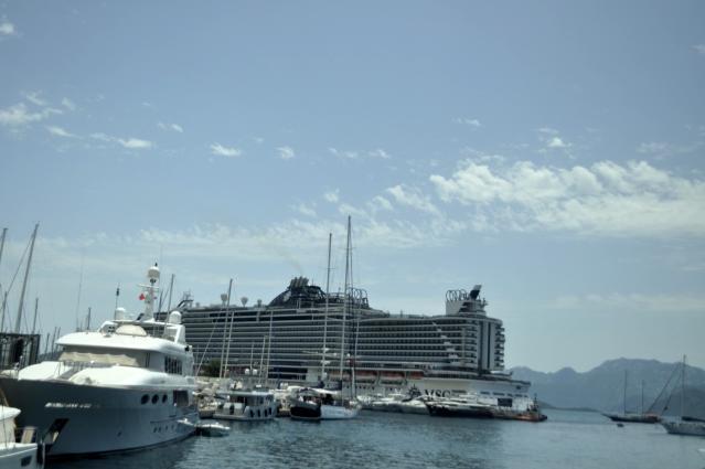 Dev gemi Marmaris'e personel almak için yanaştı