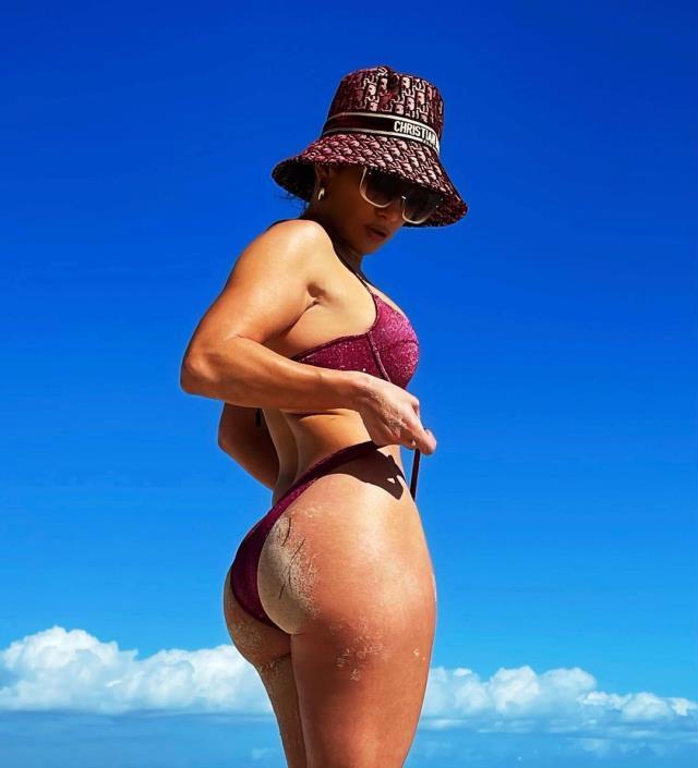 Gören dönüp bir daha baktı! Jennifer Lopez, tanga mayosuyla sahilin gözdesi oldu