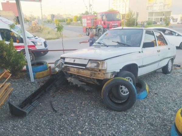 Hafif ticari araç ile otomobil çarpıştı: 3'ü çocuk 9 yaralı