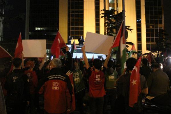 İHH ÜYELERİ, İSRAİL POLİSİNİN MECSİD-İ AKSA'DA NAMAZ KILANLARA SES BOMBALI SALDIRISINI PROTESTO ETTİ