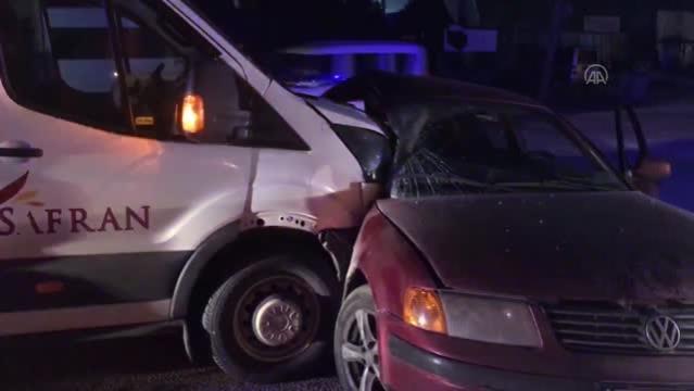 İşçileri taşıyan servis aracı ile otomobil çarpıştı: 1 yaralı