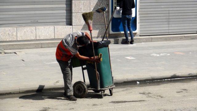 İşine olan sevgi ve saygısıyla takdir toplayan işçiye bir maaş ikramiyeyle ödüllendirildi
