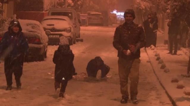 İstanbul'u beyaza bürüyen kar yağışı sokak kısıtlamasını unutturdu