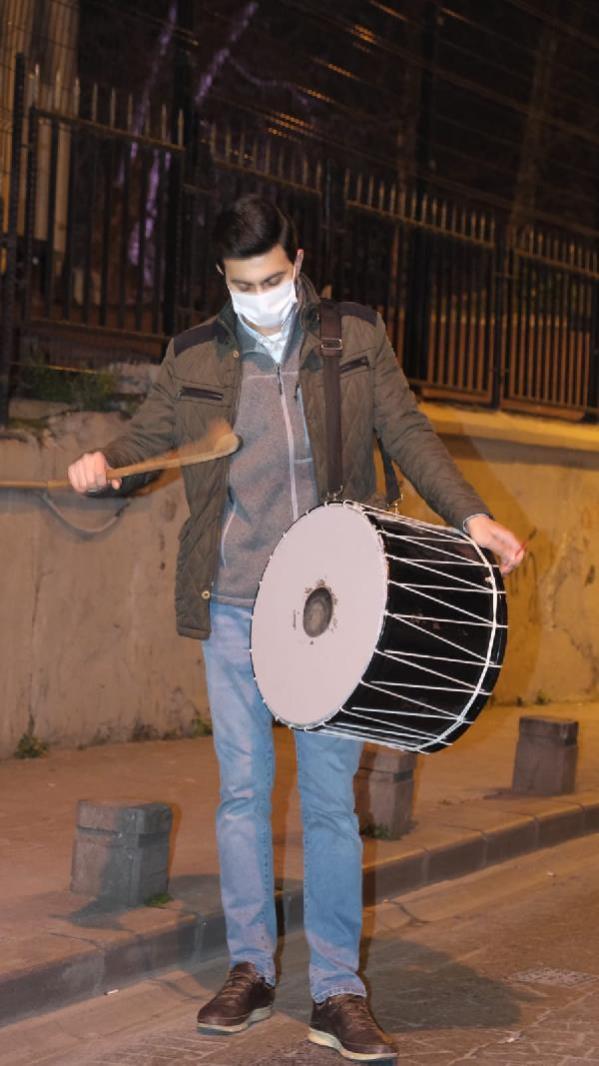 İSTANBUL'DA RAMAZAN DAVULCULARI VATANDAŞLARI İLK SAHURA KALDIRDI