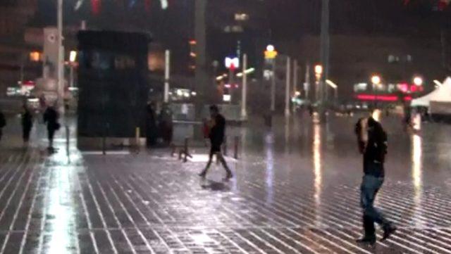 İstanbul'da vatandaşlar yağmura hazırlıksız yakalandı