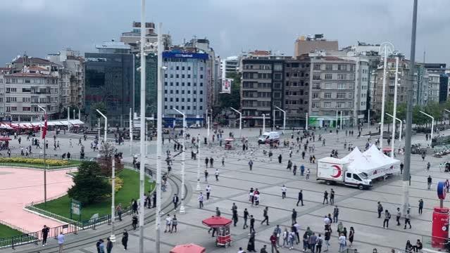 İstanbul genelinde hissedilen bir deprem meydana geldi - Taksim (2)