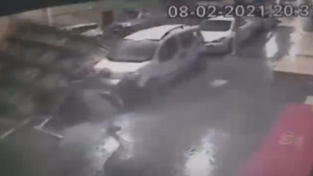 İstanbul'u fırtına vurdu! Birçok bölgede evlerin çatılar uçtu