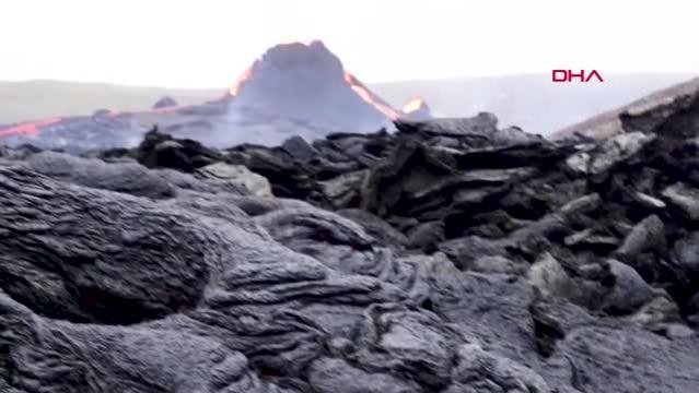 İzlanda'da 800 yıl sonra lav püskürten yanardağ, ziyaretçi akınına uğradı