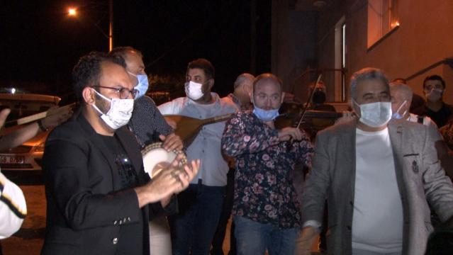 İzmirli sanatçılar vatandaşları orkestra ile sahura kaldırdı