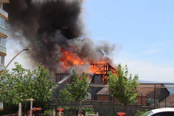 İzmit'te 2 katlı ev, alev alev yandı