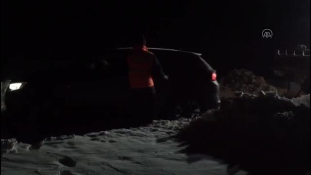 Kar nedeniyle aracıyla yolda mahsur kalan Meksikalı aile kurtarıldı