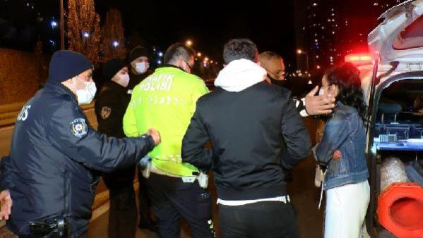 KARTAL'DA OTOMOBİL AYDINLATMA DİREĞİNE ÇARPTI; POLİS, SÜRÜCÜ OLDUĞUNU İDDİA EDEN KADINA İNANMADI