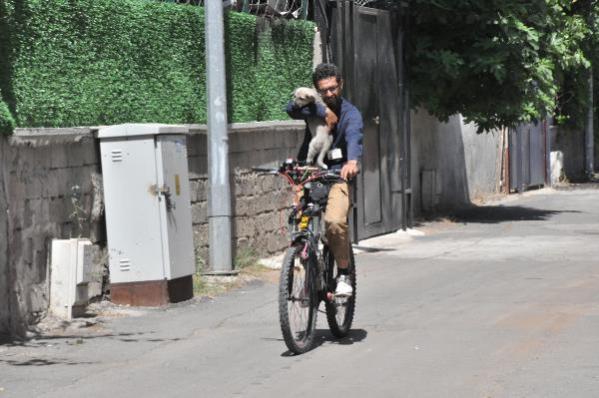 Köpeği taşlayanların arasına tereddütsüz girip, bisikletle 5 kilometre taşımış