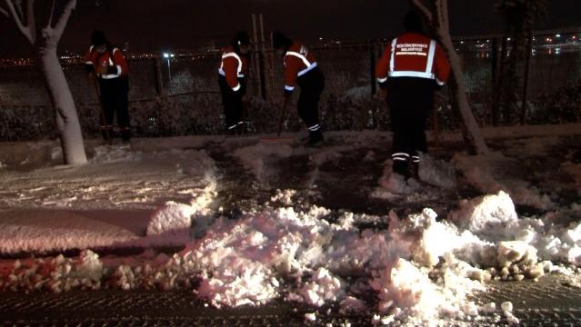 Küçükçekmece Belediyesi'nden ilçe genelinde kar küreme ve tuzlama çalışması