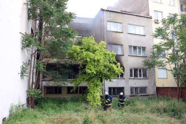 Kullanılmayan dairedeki yangını balkondan girip söndürdüler